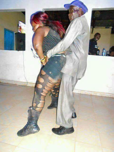 OMG!! WATCH 90 YEARS OLD MAN SUGUA A LADY IN LOCAL PUB. THIS HAPPENED NEXT