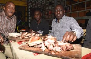 DP RUTO EATS NYAMA CHOMA BY ROADSIDE AS MOSES KURIA AND WAITITU STARVED AT POLICE CELLS